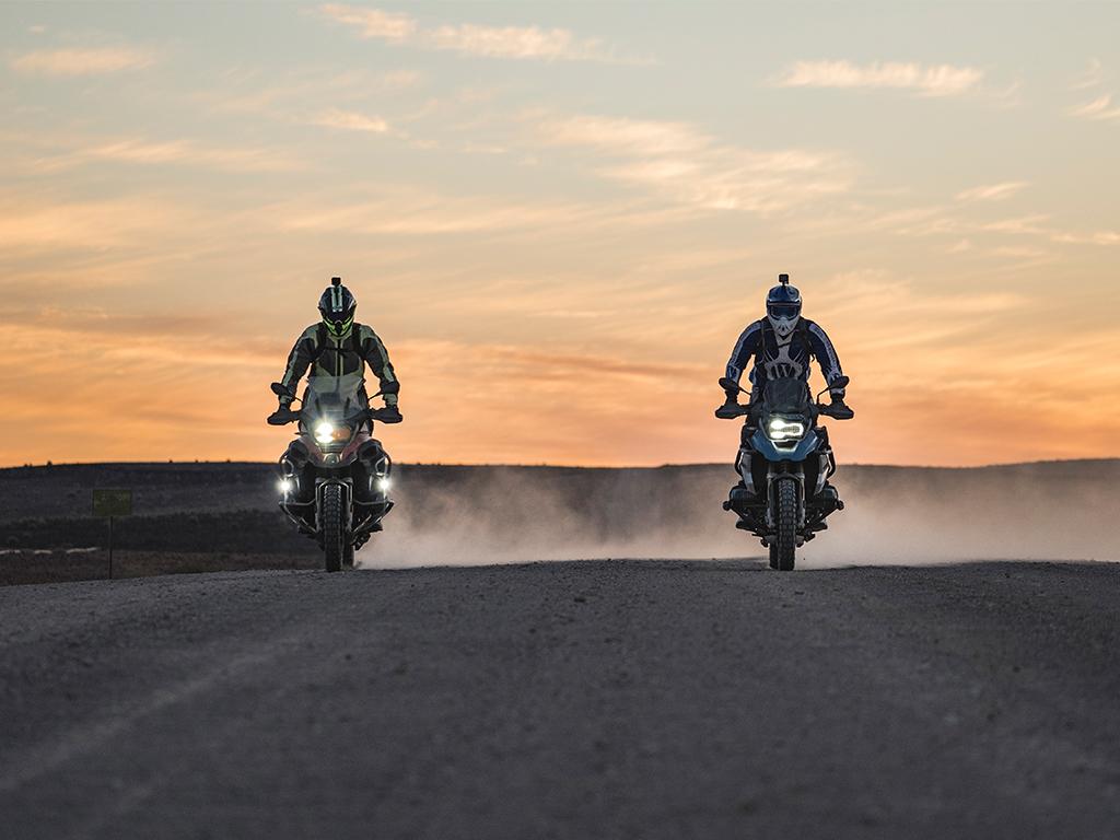 Unterwegs als Motorradfahrer in Namibia in den Sonnenuntergang
