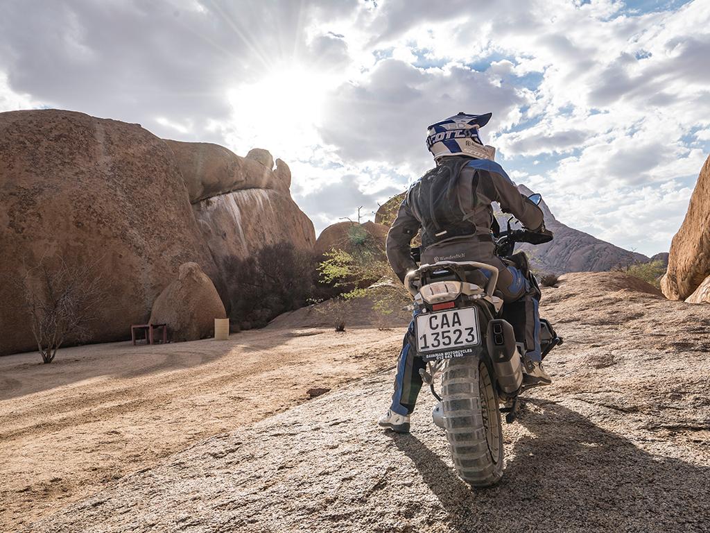 Motorradfahrer von Afrikabiker mit der BMW an der Spitzkoppe in Namibia