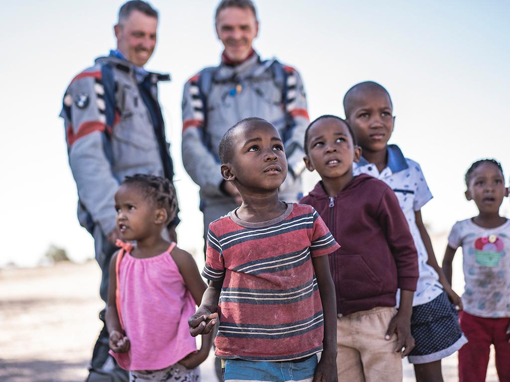 Motorradfahrer unterwegs in Afrika mit Afrikabiker