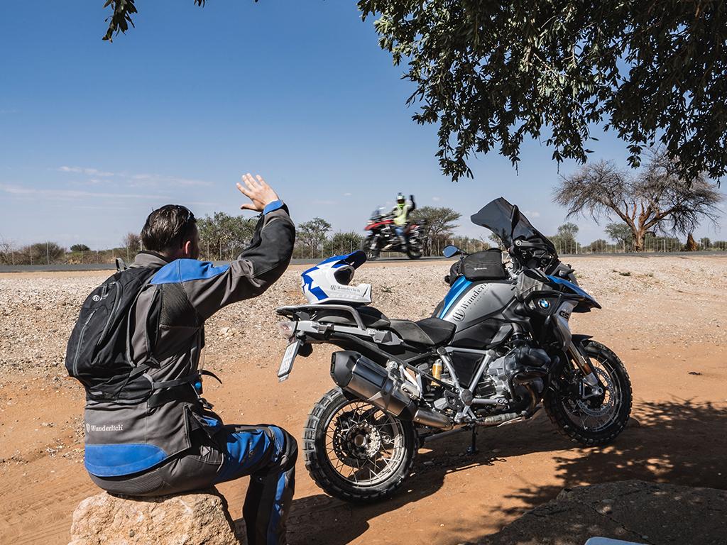 Motorradfahrer auf Motorradreise in Namibia mit Afrikabiker