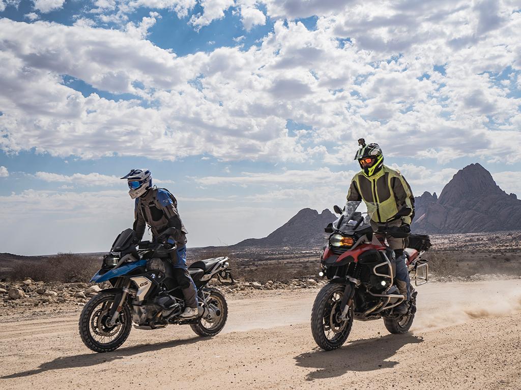 Motorradfahrer auf Motorradtour in Namibia an der Spitzkoppe mit Afrikabiker
